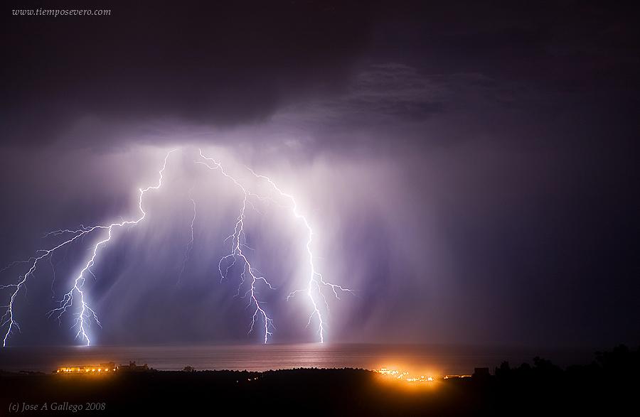 Descarga eléctrica sobre el mar en Comillas, Cantabria. Foto Jose A. Gallego - SSW